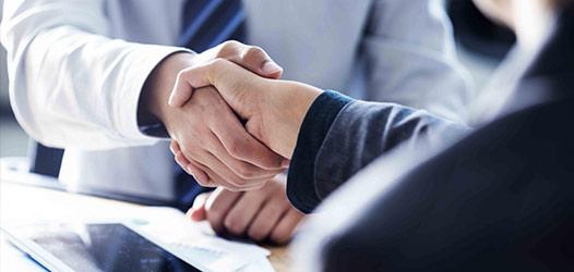 manos estrechandose en abogado laboralista en madrid